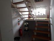 Apartman előszoba, lépcsőfeljárat.