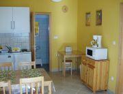 A 4 fős egy hálószobás apartman nappali-konyhája