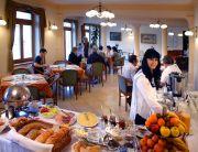 Összenyitható szoba svédasztalos reggelivel