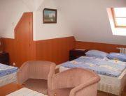 4 ágyas emeleti fürdőszobás szoba
