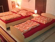 mindenki számára megfelelő szoba 3 ággyal és teakonyhával a sarokban