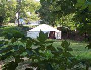 Szőnyi-kert a háttérben a közösségi teremmel