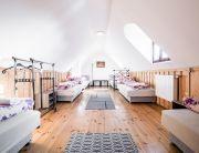 Hatfős emeleti szoba, közös fürdővel