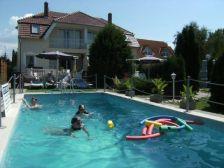 Fort vendégházak medencével szálláshely